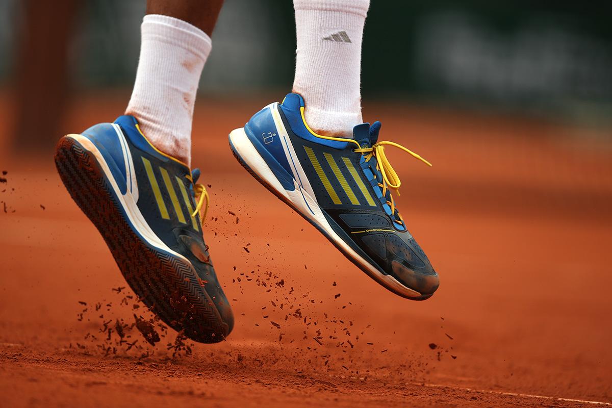 Jeder Untergrund erfordert spezielle Tennisschuhe. Wir erklären dir mit welchen du am besten spielst