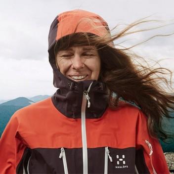 hagloefs-spitz-jacket-mit-voller-kraft-im-bergsport