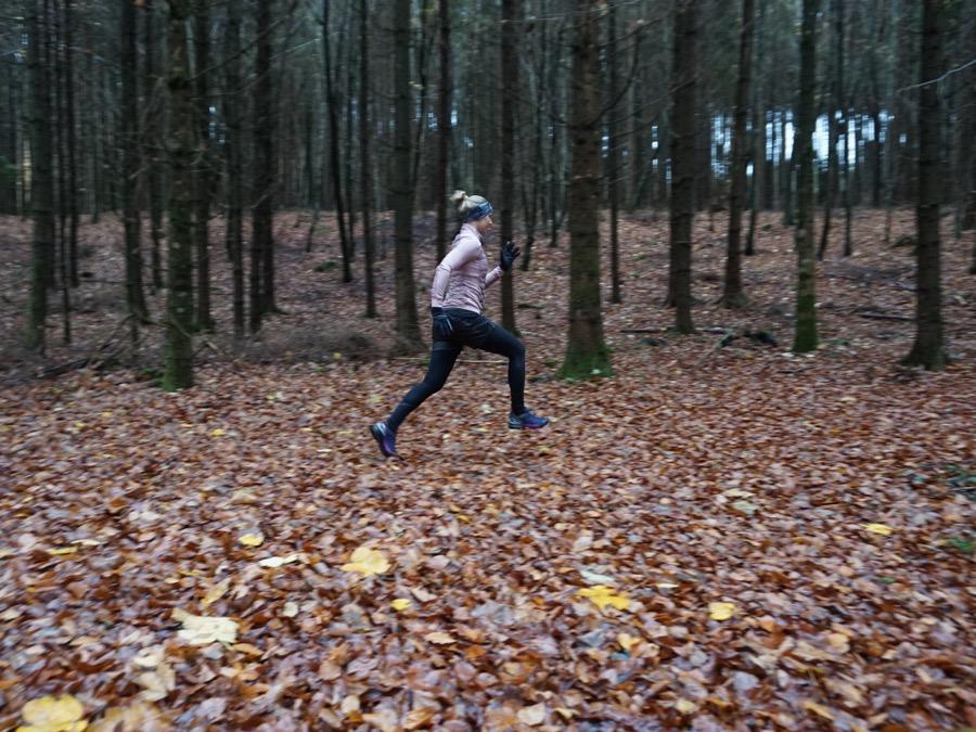 Stabilität und Flexibilität beim Laufen im Wald: Kati testet den Salomon Speedcross 4 Nocturne GTX