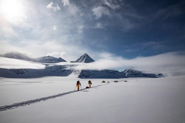 Mit der The North Face Summit Series 50 50 Down Jacke seid ihr gewapnet für alle Outdoor Expeditionen 2021