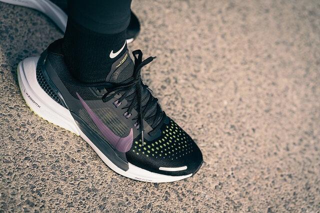 Das Obermaterial der Nike Air Zoom Vomero 15 Laufschuhe ist ein atmungsaktives Mesh Material für besten Running Support 2021