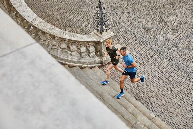 Auch in der Stadt kann man Trailrunning Passagen einbauen durch das Laufen über Treppen durch Parks oder andere Hindernisse