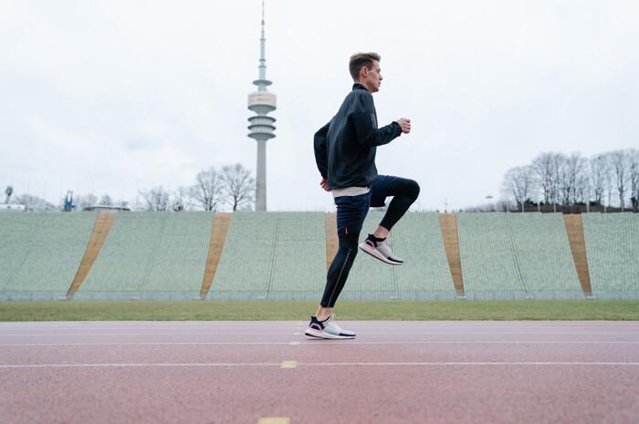 Aufwärmübungen zum richtig warm werden vor dem Wettkampf und Training für Joggen oder Lauf Übung Kniehebelauf A-Skip