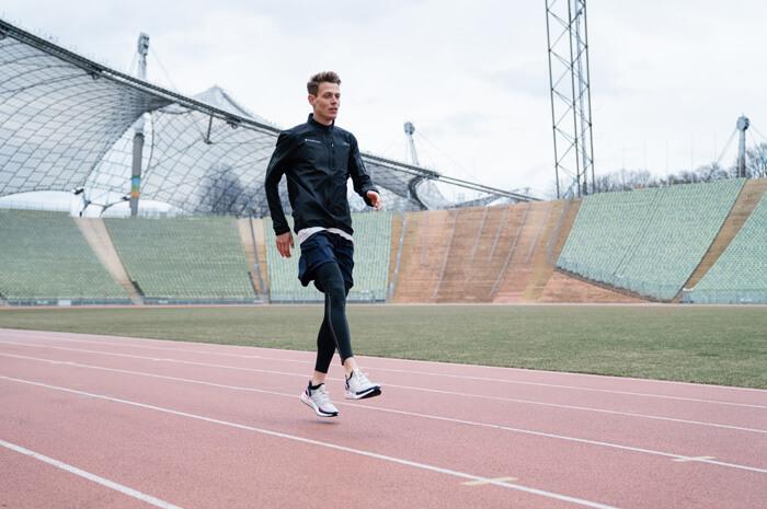 Aufwärmübungen zum warm werden Belastung vor dem Lauftraining für Joggen oder Lauf Übung B-Skip 3