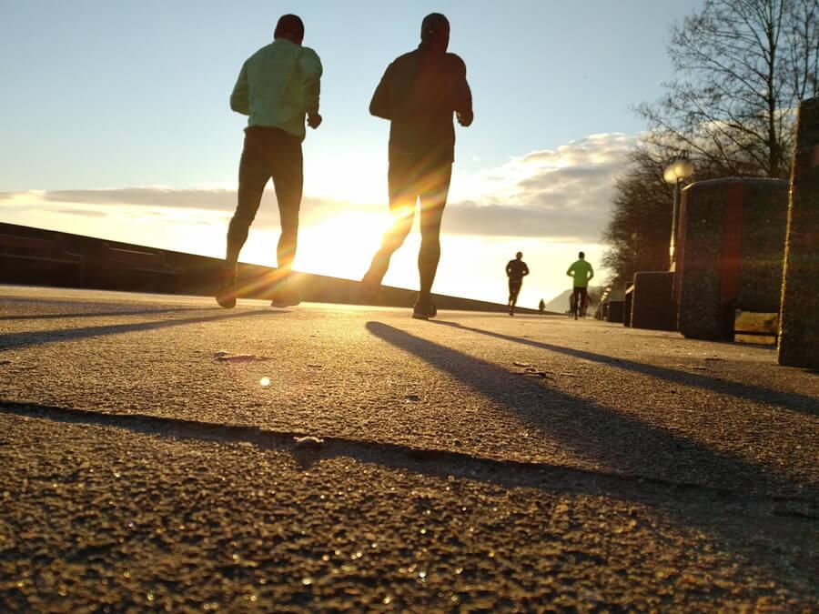 Trail Run vs Road Runner - Läufer auf Straßen vs Cross Runners im Terrain
