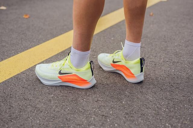 Der Nike Zoom Fly 4 überzeugt mit der React Technologie und Karbonfaserplatte in der Mittelsohle