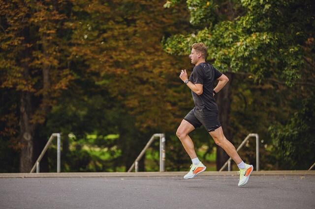 Der Nike Zoom Fly 4 Laufschuh ist ideal für Wettkampf und Tempo Training