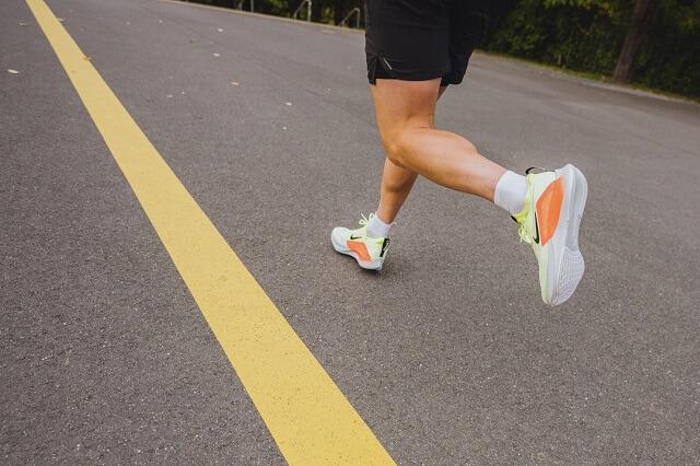 Mit den Nike Zoom Fly 4 Laufschuhen gibst du Tempo im Training und im Wettkampf