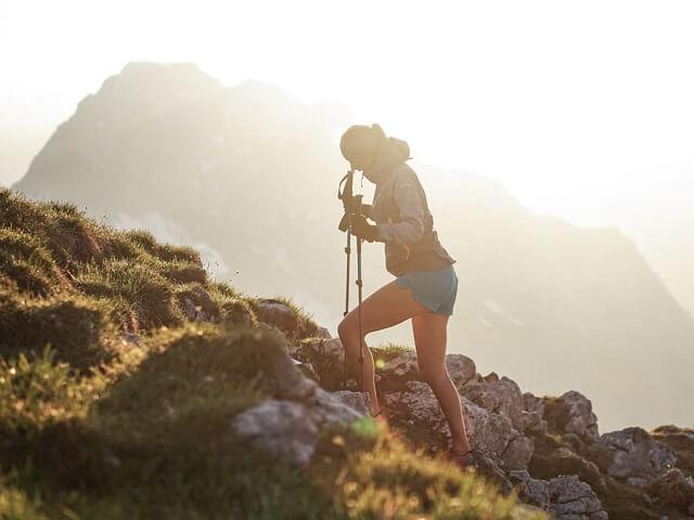 Stöcke unterstützen den Körper und die Gelenke beim Speed Hiking