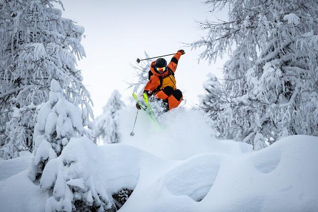 Die Peak Performance Vertical Pro Freeride Skijacke überzeugt in unserem Wintersport Test 2021 mit maximaler Funktionalität