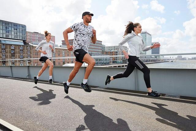 Laufen mit den adidas 4D FWD Laufschuhen für Damen und Herren startest du in den Herbst 2021