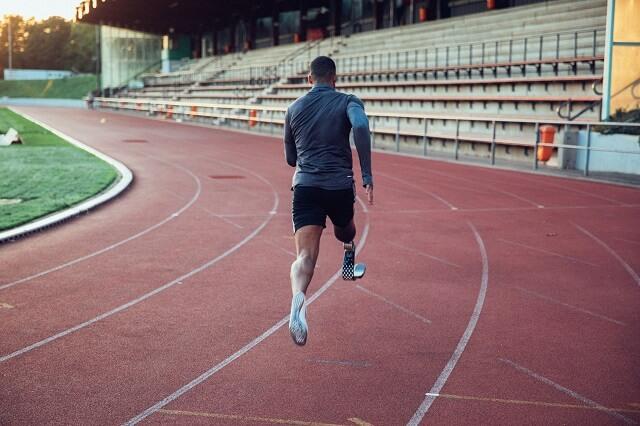 Leon Schäfer Weltrekordhalter im Weitsprung in derr paralympischen Klasse T42 und Nike Athlet