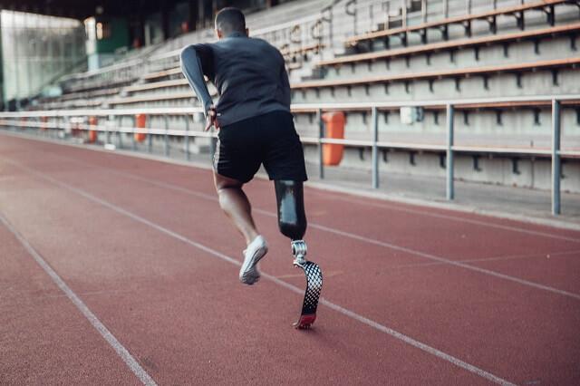 Nike Athlet Leon Schäfer beim Training für den paralympischen Weitsprung