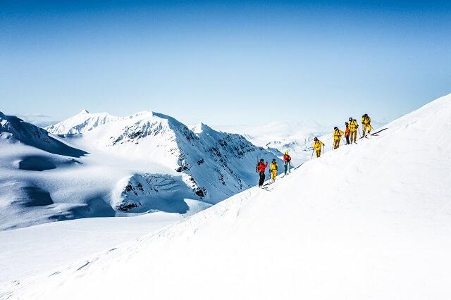 Gemeinsame geführte Skitouren führen zu reinsten Panorama Blicken auf dem Land der norwegischen Inselgruppe
