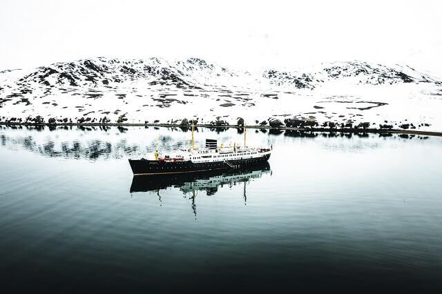 Mit dem Segelschiff geht es von Longyearbyen entlang der Spitzbergen Küste in eine unvergessliche Natur mit verschiedenen Ausflügen auf das arktische Winter-Land das zu Norwegen gehört