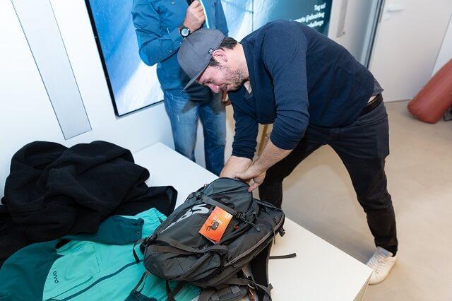 Ski und Slalom Profi Felix Neureuther packt seinen ABS Rucksack zum Freeriden