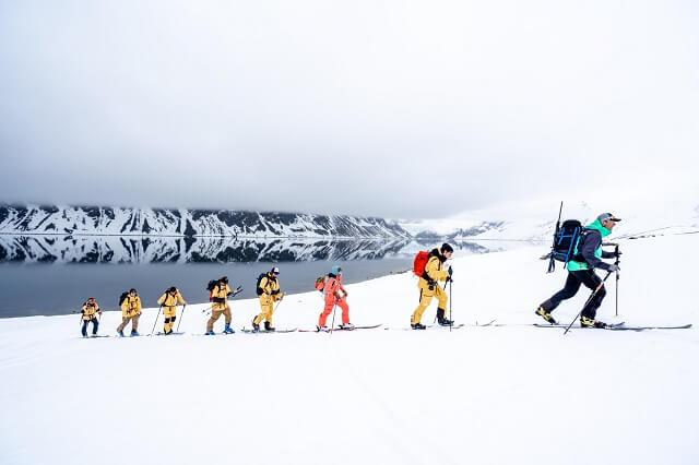 Skitourgehen in eine arktische Winter Welt umgeben von norwegischen Bergen und Eisbären in Norgwegen erlebt man nicht auf allen Reisen