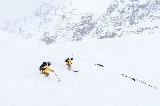 Unberührte verschneite Berge machen Spitzbergen zur reinsten Freeride Winter-Wunder-Land auf den norwegischen Inseln im arktischen Meer
