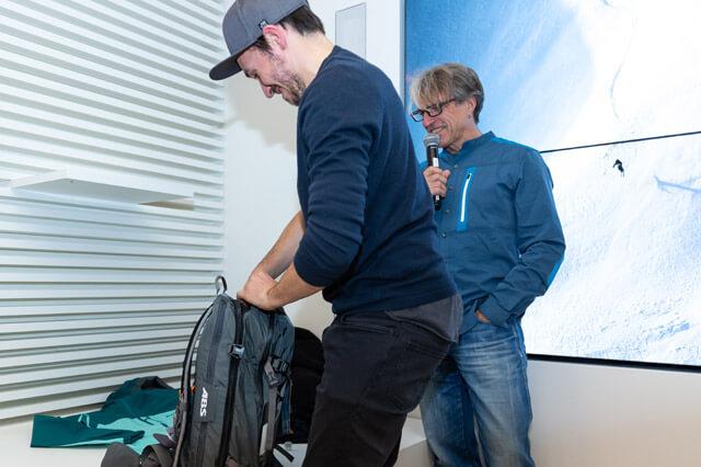 Wie schnell schafft Felix Neureuther es seinen ABS Rucksack zu packen zum Freeriden