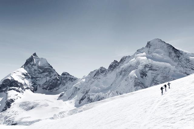 Auf jeder Skitour und beim Freeride Skifahren sollte man eine richtige Lawinenausrüstung in der Tasche oder dem Rucksack haben