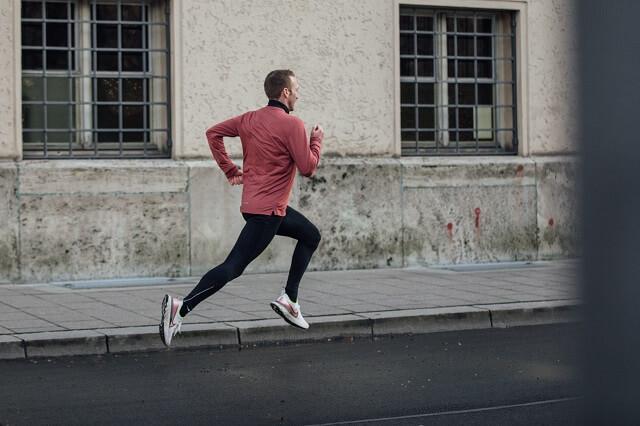 Bei jedem Sport auch beim laufen können Verletzungen schnell passieren und Schmerzen verursachen