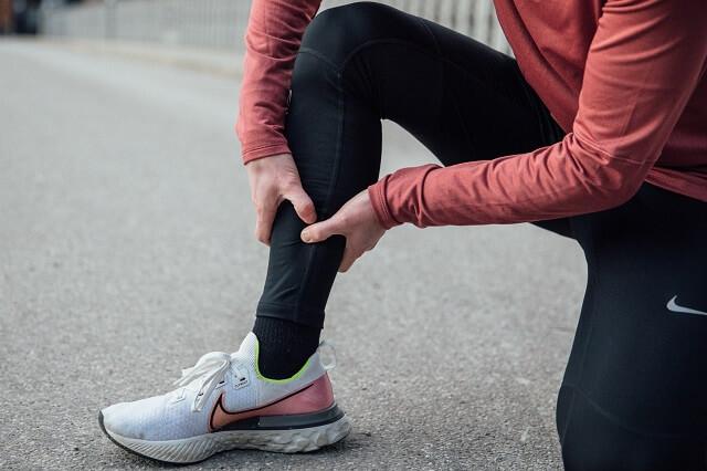 Das Schienbeinkanten-Syndrom ist eine der häufigsten Läuferverletzungen beim Laufen die mit viel Schmerzen verbunden ist - mit diesen tipps verhindert ihr das syndrom