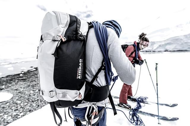 Ein Lawinenrucksack mit Airbag von Mammut ist ein wichtiges Teil der Lawinenausrüstung für jedes Ski Abenteuer