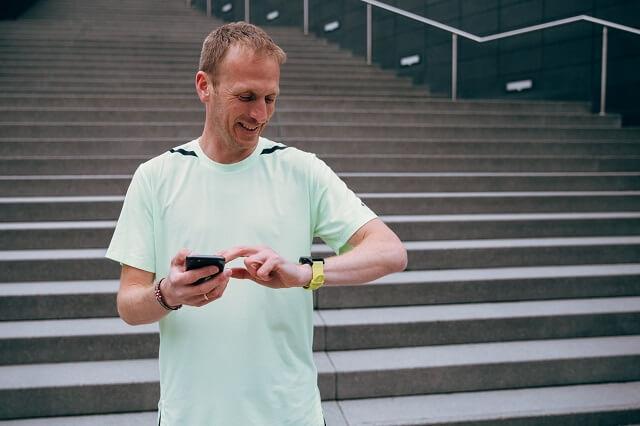 Mit einem Tracker könnt ihr euren Puls  kontrollieren und mit dem richtigen Trainingsbereich eure Ausdauer bzw GA1 verbessern