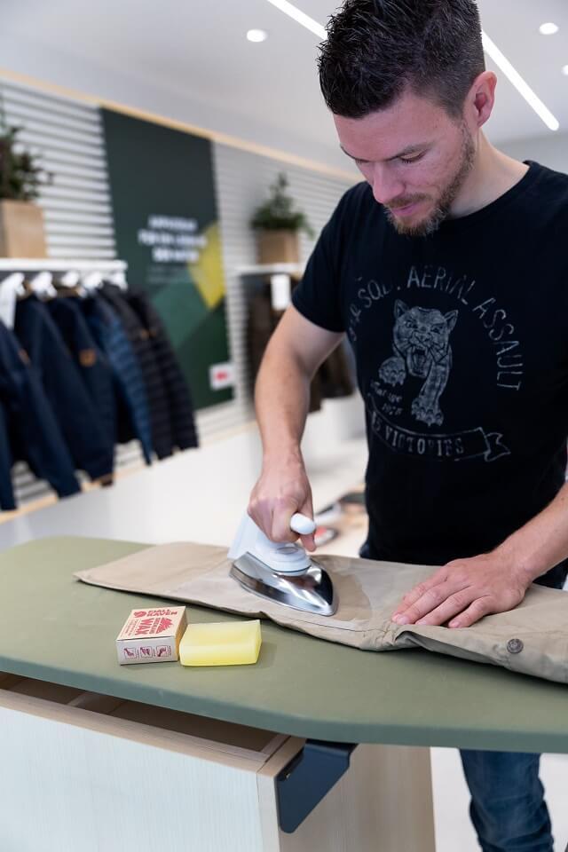 Mit dem Fjällräven G-1000 Greenland Wax wird die Outdoorbekleidung etwas dunkler und wieder wasserabweisend