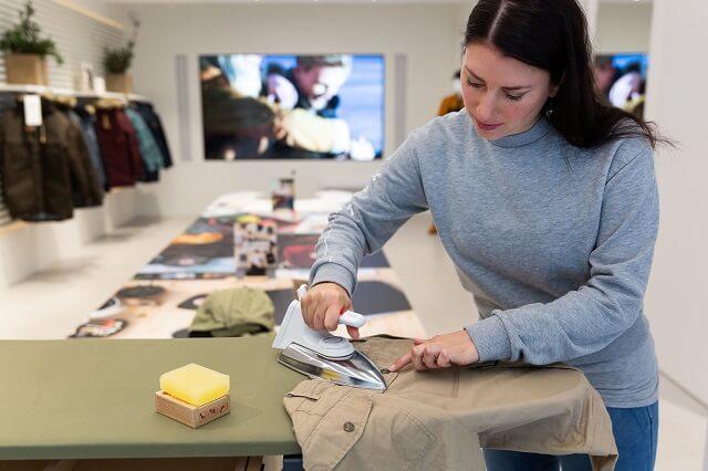 Nach dem erhitzen mit dem Bügeleisen kann man das Fjällräven G-1000 Greenland Wax auf die Outdoorbekleidung auftragen