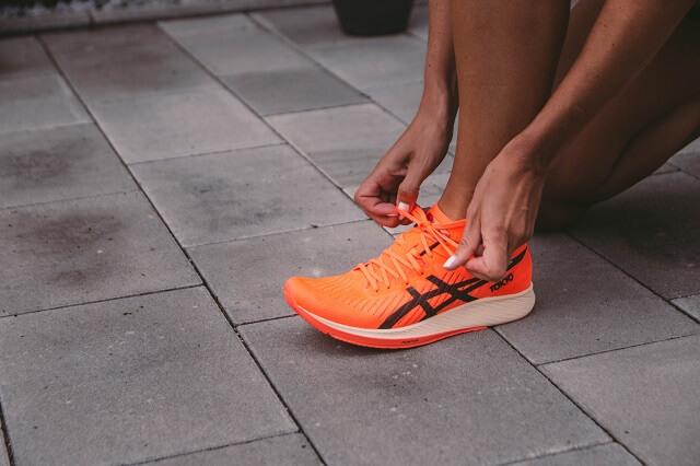 Das Obermaterial des ASICS Metaracer Running Schuh 2020 ist extrem atmungsaktiv leicht und nimmt wenig Wasser auf