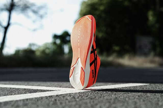 Die Außensohle der ASICS Metaracer Schuhe erinnert an Autoreifen und bietet im Test 2020 viel Grip auf auf trockenen und nassen Straßen