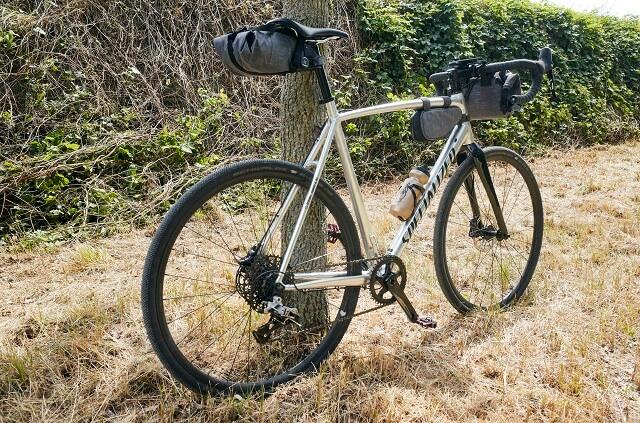 Beim Bikepacking verstaut man sein Gepäck direkt am Fahrrad zum Beispiel mit den EVOC Biketaschen