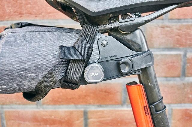 Das BOA Verschluss System hält die EVOC Fahrradtaschen fest an ihrer Position