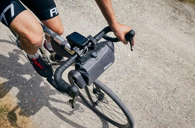 Die EVOC Handlebar Pack Boa 5l Lenkerrolle bietet einen praktischen Stauraum am Lenker beim Bikepacking