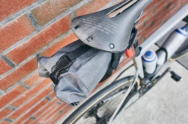 Die EVOC Seat Pack Boa 3l Satteltasche wird unter dem Sattel mit einem BOA Verschluss befestigt