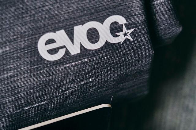 Die Marke EVOC ist bekannt für ihre Bike Ausrüstung vor allem die Fahrradtaschen und Rucksäcke