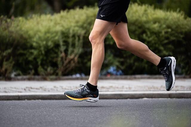 Die Mizuno Wave Rider 24 Running Schuhe überzeugen mit guter Dämpfung und viel Komfort im Obermaterial