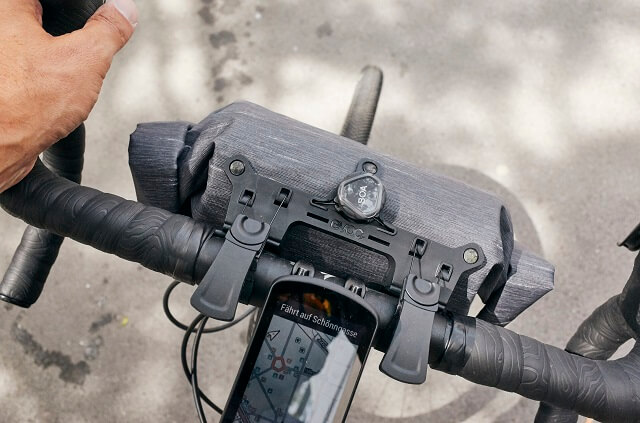 In der EVOC Lenkertasche verstaut man das Gepäck ohne dass es beim Radfahren stört