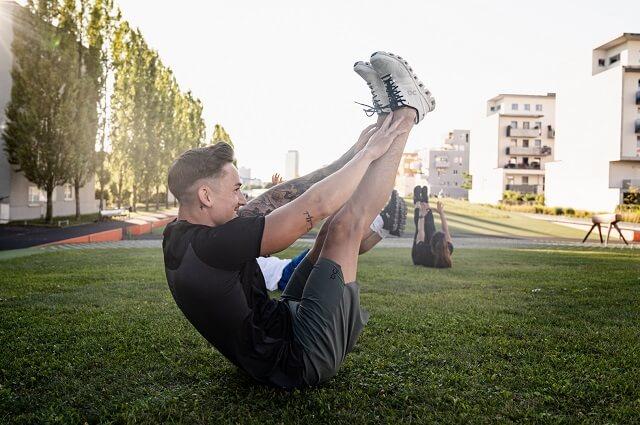 Marcel Nguyen macht Jack Knives beim On Running Event in München