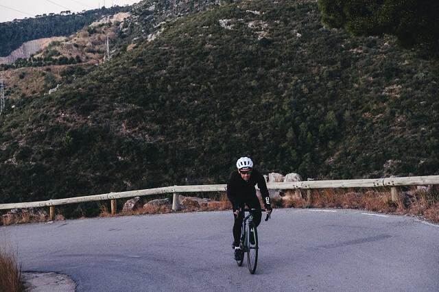 Mit dem Rennrad über Fernstraßen und abgelegene Touren entdecken das ist Bikepacking