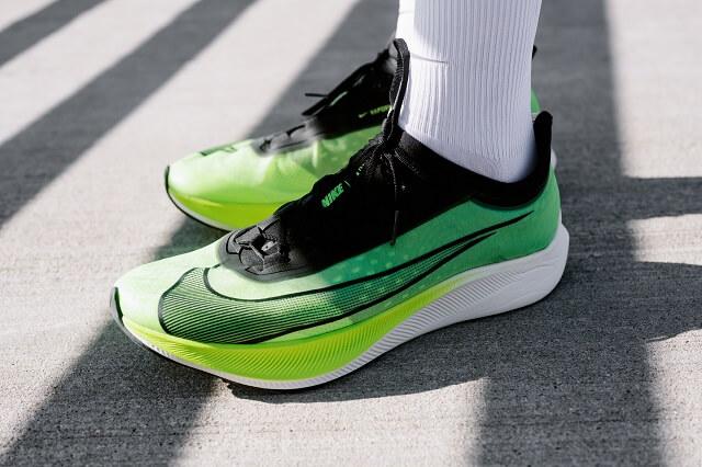 Der Nike Zoom Fly 3 Laufschuh kann als Einteigermodell zu Laufschuhen mit Carbonfaserplatte gesehen werden