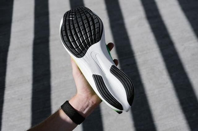 Die Carbonfaserplatte liegt in der Zwischensohle der Laufschuhe und sorgt für viel Dynamik und einen schnellen Lauf