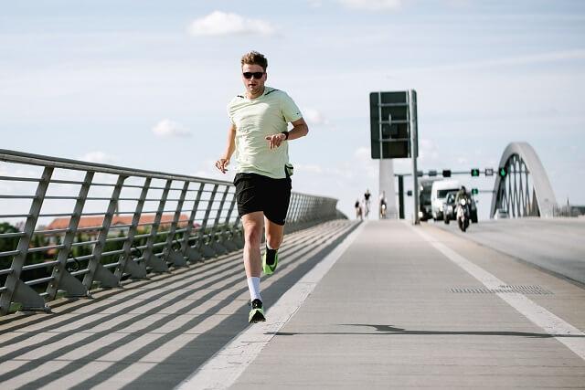 Die Laufschuhe mit Carbonfaserplatte eignen sich vor allem für Läufer die auf dem Mittelfuß und Vorfuß laufen