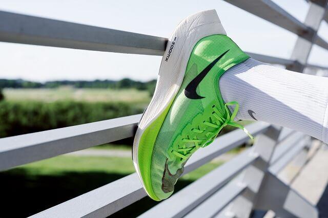 Die Nike ZoomX Vaporfly NEXT% Laufschuhe sind die Weiterentwwicklung vom ersten Schuh mit einer Carbon Platte in der Sohle