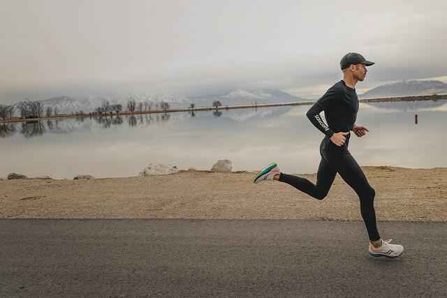 Die Saucony Endorphin Speed Laufschuhe sind das erste Modell der Marke mit Carbonfaserplatte in der Mittelsohle