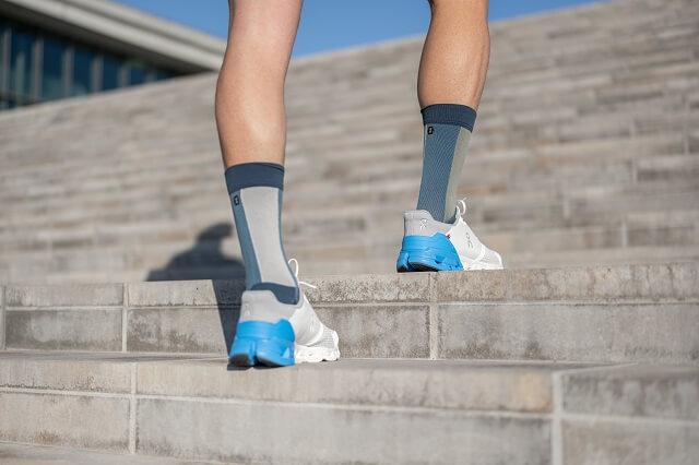 Die Ferse des On Cloudflyer Running Schuh passt sich gut der Ferse an und sorgt für eine starke Verbindung von der Sohle und den oberen Elemente