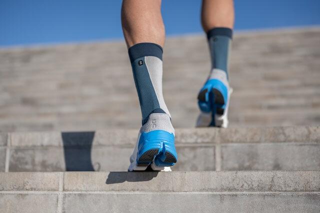 Die Sohle der On Cloudflyer Laufschuhe eignet sich zum Laufen auf jedem Untergrund egal ob im Training oder im Wettkampf