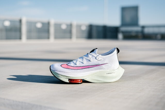 Die Nike Air Zoom Alphafly NEXT% Laufschuhe sind die ersten Schuhe mit denen der Marathon unter zwei Stunden gelaufen wurde