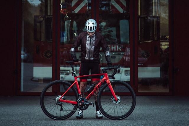 Die Scott REFLECTIVE Bike Bekleidung reflektiert das Licht und sorgt so für eine gute Sicherheit und Sichtbarkeit beim Radfahren im dunklen